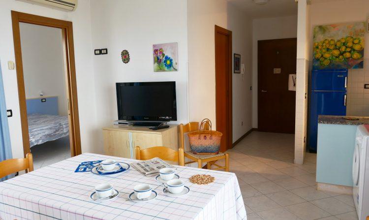 Salotto e angolo cottura appartamento Lignano